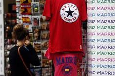 Dans une rue de Madrid. L'économie espagnole a affiché une légère croissance au troisième trimestre, grâce aux exportations qui ont fait sortir le pays de deux ans de récession, selon la Banque d'Espagne. /Photo prise le 28 août 2013/REUTERS/Sergio Perez