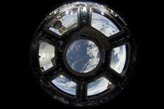 Вид на Землю с МКС 12 июня 2013 года, фотография НАСА. Молодая компания из американского штата Аризона решила воспользоваться растущей популярностью путешествий и намерена предложить желающим слетать на воздушном шаре в стратосферу. REUTERS/NASA/handout via Reuters