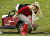 Tiger Wood's girlfriend Lindsey Vonn ducks under a rope during the Singles matches for the 2013 Presidents Cup golf tournament at Muirfield Village Golf Club in Dublin, Ohio October 6, 2013. REUTERS/Chris Keane