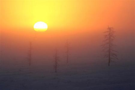 The sun rises nar Rosneft's Vankor oil field in eastern Siberia, some 2,800 km (1,740 miles) east of Moscow, November 24, 2006, at temperatures of around -40 degrees Celsius (-104 Fahrenheit). REUTERS/Sergei Karpukhin