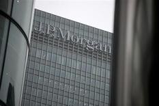 L'action JP Morgan & Chase sera suivie à Wall Street. Selon des sources proches du dossier, l'accord préliminaire trouvé avec la justice pour un montant de 13 milliards de dollars ne pourrait coûter à cette banque que neuf milliards après déductions fiscales. /Photo prise le 19 septembre 2013/REUTERS/Neil Hall