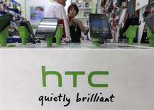 Clientes olham smartphones da HTC um uma loja de celulares em Taipei, Taiwan. A fabricante taiwanesa de smartphones HTC suspendeu ao menos uma de suas quatro principais linhas de montagem, que corresponde por pelo menos um quinto de sua capacidade total, e está terceirizando sua produção conforme a queda nas vendas pressiona seu fluxo de caixa, segundo fontes com conhecimento direto da situação. 30/07/2013. REUTERS/Pichi Chuang