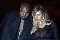 Kanye West e Kim Kardashian chegam a desfile da Paris Fashion Week. O rapper Kanye West pediu a namorada Kim Kardashian em casamento no estádio do time de beisebol San Francisco Giants, que ele alugou para a festa de aniversário de 33 anos da modelo e estrela de um reality show. 29/09/2013. REUTERS/Charles Platiau