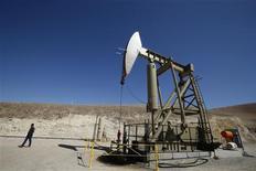 Un pozo petrolero en Monterey Shale, EEUU, abr 29 2013. Los inventarios de petróleo en Estados Unidos subieron en 5,2 millones de barriles la semana pasada, el quinto mayor aumento del año, y las existencias en el punto de entrega de Cushing crecieron por segunda semana consecutiva, mostraron datos de la gubernamental Administración de Información de Energía. REUTERS/Lucy Nicholson