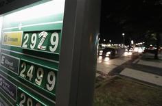 Los precios de los combustibles en una gasolinera en la playa Copacabana en Río de Janeiro, jun 22 2012. La estatal brasileña Petrobras tiene recursos en caja para pagar su parte del bono de suscripción del campo petrolero Libra, subastado esta semana, sin necesidad de un reajuste de los precios de los combustibles ni un aporte del Tesoro, dijo el miércoles la presidenta de la compañía, Maria das Graças Foster. REUTERS/Ricardo Moraes