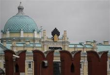 El logo de Rosneft en la casa matriz de la firma en Moscú, mayo 27 2013. Rosneft redujo su pronóstico de producción en un yacimiento que es fundamental para la estrategia de exportaciones en Asia, incluso mientras el presidente de la firma rusa, Igor Sechin, promete más petróleo para China y busca ayuda de Pekín para financiar ambiciosos planes de expansión y reducir deuda. REUTERS/Sergei Karpukhin