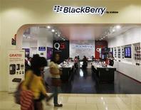 Un grupo de personas pasan frente a una tienda de BlackBerry en Yakarta, sep 25 2013. BlackBerry Ltd dijo el lunes que empezó a poner su servicio de mensajería BlackBerry Messenger (BBM) disponible para usuarios de iPhone y de dispositivos con sistema Android. REUTERS/Beawiharta