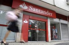 Santander, première banque de la zone euro, affiche un bénéfice net de 3,3 milliards d'euros de janvier à septembre, en hausse de 77% et exactement conforme au consensus. /Photo d'archives/REUTERS/Sergio Moraes