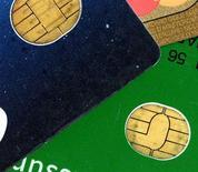 Le fabricant français de cartes à puces Gemalto annonce un chiffre d'affaires trimestriel de 596 millions d'euros au troisième trimestre contre 575 millions il y a un an (+4%) et 629 millions attendus en moyenne. Les ventes sont pénalisées par un effet de change plus élevé que prévu par les analystes. /Photo d'archives/REUTERS