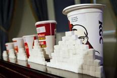 Бумажные стаканы различных объемов на пресс-конференции в Нью-Йорке 31 мая 2012 года. Крупнейший российский производитель сахара агрохолдинг Русагро в третьем квартале 2013 года снизил выручку на 5 процентов до 10 миллиардов рублей в годовом выражении за счет существенного снижения оборота масложирового бизнеса, сообщила компания в четверг. REUTERS/Andrew Burton