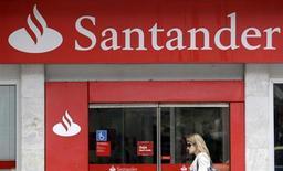 Mulher passa por agência do banco Santander, no Rio de Janeiro, 7 de outubro de 2009. O Santander Brasil encerrou o terceiro trimestre com queda de 6,8 por cento no lucro líquido gerencial sobre um ano antes, para 1,407 bilhão de reais, apesar de reduzir provisões para perdas com crédito e elevar receitas com prestação de serviços. 07/10/2009 REUTERS/Sergio Moraes