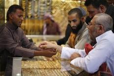 Мусульмане-паломники в ювелирном магазине в Мекке 12 октября 2013 года. Цены на золото растут на фоне высокой активности в производственном секторе Китая и ожиданий, что ФРС отложит сокращение стимулов. REUTERS/Ibraheem Abu Mustafa