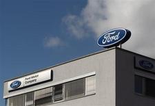 Ford, qui a publié un bénéfice meilleur que prévu au troisième trimestre, relève sa prévision de résultat annuel, invoquant une amélioration des perspectives économiques en Europe. Le constructeur automobile prévoit désormais un bénéfice imposable supérieur aux 8 milliards de dollars de l'an dernier. /Photo prise le 19 mars 2013/REUTERS/Heinz-Peter Bader