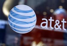 AT&T, qui a annoncé un chiffre d'affaires trimestriel légèrement inférieur aux attentes, à suivre jeudi sur les marchés américains. Cela n'a pas empêché le numéro deux de la téléphonie mobile aux Etats-Unis de dégager un bénéfice meilleur que prévu grâce à une bonne maîtrise de ses coûts. /Photo d'archives/REUTERS/Shannon Stapleton