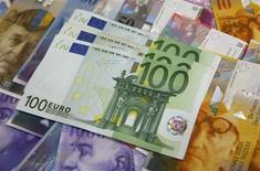 Банкноты в 100 евро и швейцарские франки в банковском отделении в Варшаве 18 июля 2011 года. Золотовалютные резервы РФ выросли за неделю к 18 октября на $1,3 миллиарда до $511,1 миллиарда, в основном за счет положительной переоценки евро, а также золота и прочих валют, входящих в резервы помимо доллара США. Негативно на итоговый результат повлияли интервенционные продажи валюты Центробанком. REUTERS/Kacper Pempel