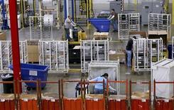 La croissance de l'activité manufacturière a ralenti plus que prévu en octobre aux Etats-Unis, évoluant à son rythme le plus lent depuis un an, la fermeture partielle pendant 16 jours des services fédéraux ayant probablement pesé, selon l'enquête du cabinet Markit. /Photo d'archives/REUTERS/Chris Berry