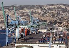Le port de Marseille. La stabilisation des parts de marché de la France à l'exportation amorcée fin 2011 après une décennie de chute se confirme cette année, selon l'étude sur la compétitivité française de l'institut COE-Rexecode. /Photo d'archives/REUTERS/Jean-Paul Pélissier