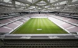 Вид на поле и трибуны стадиона Allianz Riviera в Ницце 16 сентября 2013 года. Французские футбольные клубы проведут забастовку в конце ноября в знак протеста против повышения налогов, сообщил Профсоюз профессиональных футбольных клубов Франции в четверг (UCPF). Reuters/Eric Gaillard