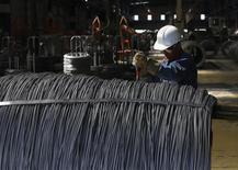 Un trabajador revisa cables de acero en una planta de TIM en Huamantla, México, oct 11 2013. La economía de México perdió fuerza en agosto y la inflación se desaceleró a un mayor ritmo del esperado en la primera quincena de octubre, lo que fortalece los argumentos del mercado para que el banco central reduzca nuevamente el viernes su tasa clave de interés. REUTERS/Tomas Bravo