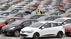 Dans le port de Koper, en Turquie, avant l'exportation vers l'Europe de véhicules produits dans le pays. Le constructeur automobile français a enregistré une baisse de 3,2% de son chiffre d'affaires au troisième trimestre, reflet de l'arrêt de son activité en Iran et d'effets de changes défavorables. Ses immatriculations mondiales ont augmenté de 3,1% sur la période. /Photo prise le 14 octobre 2013/REUTERS/Srdjan Zivulovic