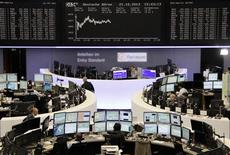 Un grupo de operadores en la bolsa de comercio de Fráncfort, oct 21 2013. Las acciones europeas recuperaron ritmo el jueves y se acercaron a máximos de cinco años gracias a una serie de sólidos resultados corporativos y alentadores datos del sector manufacturero de China, uno de los mayores consumidores mundiales de metales. REUTERS/Remote/Stringer