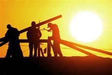 Les effectifs de l'intérim ont diminué de 6,8% le mois dernier en France par rapport à septembre 2012, selon les données du baromètre Prism'emploi publié jeudi. /Photo d'archives/REUTERS/Irakli Gedenidze