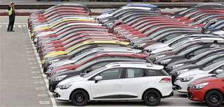 Una serie de vehículos de Renault en el puerto de Koper, Turquía, oct 14 2013. La automotriz francesa Renault dijo que sus ingresos en el tercer trimestre disminuyeron un 3,2 por ciento, dado que las sanciones contra Irán y la debilidad de las monedas emergentes anularon los aumentos de precios y de los volúmenes de ventas. REUTERS/Srdjan Zivulovic