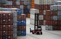 Una grúa horquilla en la zona de contenedores del puerto de Yangshan en Shanghái, sep 26 2013. La economía de China crecería un 7,6 por ciento en el 2013, superando el objetivo del Gobierno de un 7,5 por ciento, antes de perder algo de fuerza el próximo año, en momentos en que el Ejecutivo sigue adelante con reformas estructurales, mostró un sondeo de Reuters. REUTERS/Carlos Barria