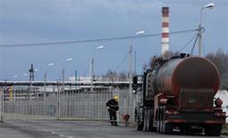 Бензовоз у ворот Ачинского НПЗ Роснефти 28 апреля 2011 года. Намеченная глобальная модернизация нефтеперерабатывающей отрасли РФ до 2020 года сулит значительный рост выпуска высококачественного моторного топлива и снижение объемов низкомаржинальных нефтепродуктов, однако смогут ли компании пристроить дополнительные объемы топлива и как скоро окупятся их колоссальные затраты на переоснащение заводов, остается загадкой. REUTERS/Ilya Naymushin