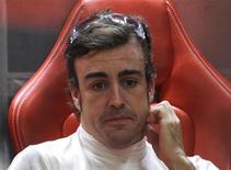 Piloto da Ferrari de Fórmula 1, Fernando Alonso, na garangem de sua equipe durante primeira sessão de treinos do Grande Prêmio de Fórmula 1 da Índia, em Greater Noida. Alonso desistiu do título mundial, mas garante que não está perdendo o sono com a hegemonia de Sebastian Vettel nas pistas. 25/10/2013. REUTERS/Adnan Abidi