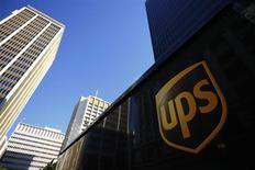 Caminhão da United Parcel Service (UPS) em San Diego, nos Estados Unidos. A UPS anunciou crescimento no lucro trimestral nesta sexta-feira, influenciada pela demanda no transporte terrestre doméstico, e disse esperar que um aumento nas vendas onlines impulsionem o volume de final de ano. 24/10/2013. REUTERS/Mike Blake