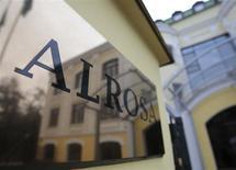 Вывеска у входа в офис Алросы в Москве 2 октября 2013 года. Размещение акций российской алмазодобывающей компании Алроса, скорее всего, пройдет по 35 рублей, или по нижней границе определенного ранее к IPO ценового диапазона в 35-38 рублей, сказали Рейтер несколько источников, близких к сделке. REUTERS/Tatyana Makeyeva