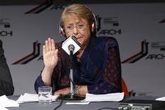 La candidata presidencial chilena Michelle Bachelet en un debate radial en Santiago, oct 25 2013. La favorita para la elección presidencial chilena, Michelle Bachelet, dijo el viernes que en su eventual gobierno establecería un plan para la ubicación de centrales eléctricas, en momentos en que el país necesita aumentar la generación de energía para satisfacer la creciente demanda. REUTERS/Ivan Alvarado