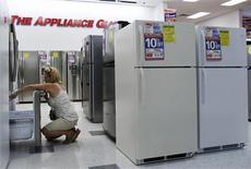 Una mujer revisando refrigeradores en una tienda en Nueva York, jul 28 2010. Los pedidos de una amplia gama de bienes de capital fabricados en Estados Unidos se desplomaron en septiembre y la confianza del consumidor se debilitó agudamente en octubre, señales de que una batalla presupuestaria en Washington han pesado sobre la economía. REUTERS/Shannon Stapleton