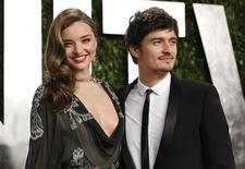 Orlando Bloom (R) and Miranda Kerr at the 2013 Vanity Fair Oscars Party in West Hollywood, California February 24, 2013. REUTERS/Danny Moloshok