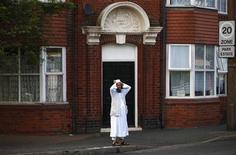Мусульманин у мечети в Типтоне, возле которой прогремел взрыв, 12 июля 2013 года. Британский суд приговорил к пожизненному заключению украинца, убившего пожилого мусульманина спустя несколько дней после приезда на Туманный Альбион и взрывавшего бомбы у мечетей. REUTERS/Darren Staples