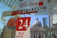 Una cabina telefónica de Telecom Italia frente a la basílica de San Pedro en Roma, sep 24 2013. Las acciones de Telecom Italia caían más de un 7 por ciento el viernes en medio de los temores de que la junta directiva del grupo se alista a decidir la venta de un nuevo paquete de acciones y a cancelar el dividendo, dijeron operadores e inversores. REUTERS/Alessandro Bianchi