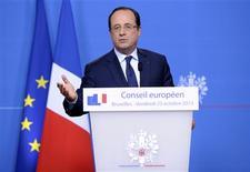El presidente de Francia, François Hollande, en una conferencia de prensa en Bruselas, oct 25 2013. El presidente Francois Hollande dijo el viernes que la desocupación en Francia se estaba estabilizando a pesar de un incremento en los pedidos de subsidios por desempleo en septiembre, en momentos en que el Gobierno tiene problemas para revertir la pérdida de puestos de trabajo antes de fin de año. REUTERS/Laurent Dubrule