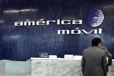 El logo del gigante mexicano de telecomunicaciones América Móvil en su casa matriz en Ciudad de México, feb 13 2013. Las acciones del gigante mexicano de telecomunicaciones América Móvil caían con fuerza el viernes en la bolsa local, después de que reportara un desplome en sus ganancias del tercer trimestre. REUTERS/Edgard Garrido
