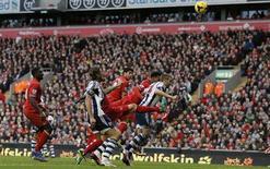 Luis Suárez, do Liverpool, cabeceia a bola para marcar o terceiro gol durante partida em Liverpool, Inglaterra. 26/10/2013 REUTERS/Phil Noble