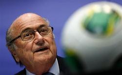 """O presidente da FIFA, Joseph Blatter, fala à mídia em Zurique, Suíça. Blatter, rebateu as críticas e disse que não é um """"parasita sem coração sugando o sangue do futebol"""". Argumentou que os lucros da organização são reinvestidos no esporte. REUTERS/Arnd Wiegmann"""