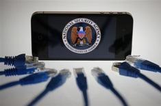 Les Etats-Unis pourraient avoir espionné le téléphone d'Angela Merkel pendant plus de 10 ans, rapporte samedi la presse allemande, selon laquelle Barack Obama a assuré à la chancelière d'Allemagne qu'il aurait empêché ces pratiques s'il en avait eu connaissance. /Photo d'archives/REUTERS/Pawel Kopczynski