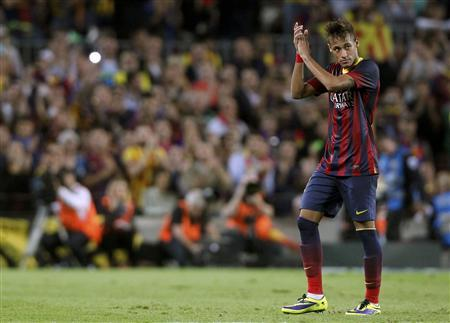 Barcelona's Neymar applauds supporters as he is substituted during their Spanish first division ''Clasico'' soccer match against Real Madrid at Nou Camp stadium in Barcelona October 26, 2013. REUTERS/Albert Gea
