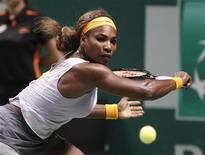 Serena Williams of the U.S. hits a return to Li Na of China during their WTA tennis championships final match at Sinan Erdem Dome in Istanbul, October 27, 2013. REUTERS/Osman Orsal