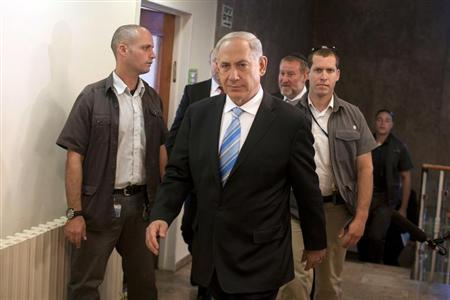 Israel's Prime Minister Benjamin Netanyahu (C) arrives at the weekly cabinet meeting in Jerusalem October 27, 2013. REUTERS/Lior Mizrahi/Pool