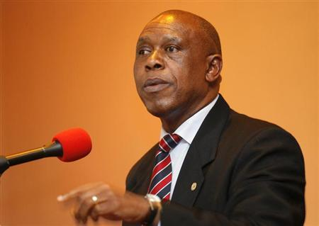 Businessman Tokyo Sexwale addresses journalists in Cape Town October 25, 2007. REUTERS/Mike Hutchings