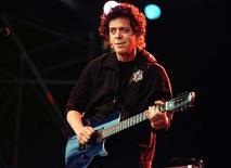 Рокер Лу Рид на Open Air Summer Arena в Вене 18 июля 1996 года. Легендарный американский рок-музыкант Лу Рид умер в воскресенье в возрасте 71 года из-за осложнений, вызванных перенесенной ранее в этом году пересадкой печени, сообщил его агент. Leonhard Foeger/REUTERS