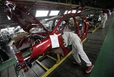 L'action PSA Peugeot-Citroën accuse lundi matin la plus forte baisse du secteur automobile européen et de l'indice SBF 120 à la Bourse de Paris, pénalisée par les hésitations du chinois Dongfeng et l'intention de l'Etat français de participer à une réorganisation capitalistique du constructeur français. A 10h24, le titre abandonnait 2,8% tandis que le SBF 120 était en repli de 0,17%. /Photo prise le 5 janvier 2013/REUTERS