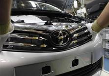 Рабочий собирает автомобиль на заводе Toyota в турецком городе Сакарья 10 октября 2013 года. Toyota Motor Corp осталась на первой строчке в списке лидеров мирового автопрома в январе-сентябре 2013 года и может получить рекордную годовую прибыль по итогам 12 месяцев. REUTERS/Osman Orsal