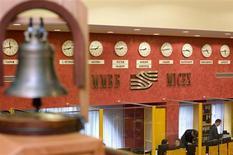 Колокол в зале ММВБ в Москве 17 сентября 2008 года. Акции Магнита выбились в лидеры на российском рынке в понедельник благодаря рекордной рентабельности EBITDA ритейлера в третьем квартале, а бумаги Норникеля обновили максимум четырех месяцев на ожиданиях объявления о дивидендах на этой неделе. REUTERS/Thomas Peter